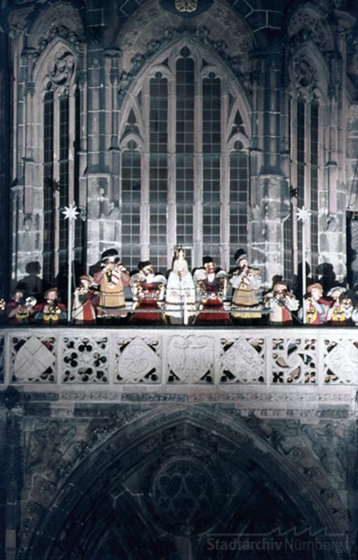 Der Nürnberger Christkindlesmarkt - Blick auf die Frauenkirche, Prolog des Christkinds