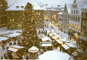 Der Weihnachtsmarkt fand in den ersten Jahren auf dem Areal vor dem Rathaus statt