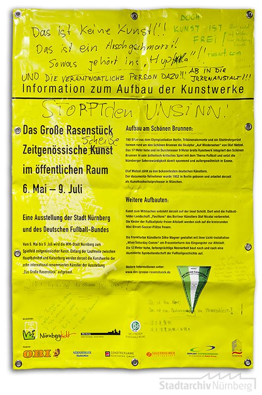 "Durch verärgerte Betrachterinnen beschmiertes Infoplakat zur Installation ""Auf Wiedersehen"" (2006). (Stadtarchiv Nürnberg A 29)"