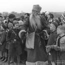 Der Pelzmärtel umringt von Kindern auf dem Rollfeld des Nürnberger Flughafens