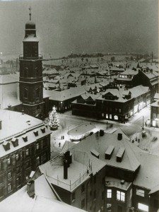 """Der """"Weihnachtsbaum für alle"""" vor der Hugenottenkirche, 1953 (StadtAE VI.A.b.393)"""