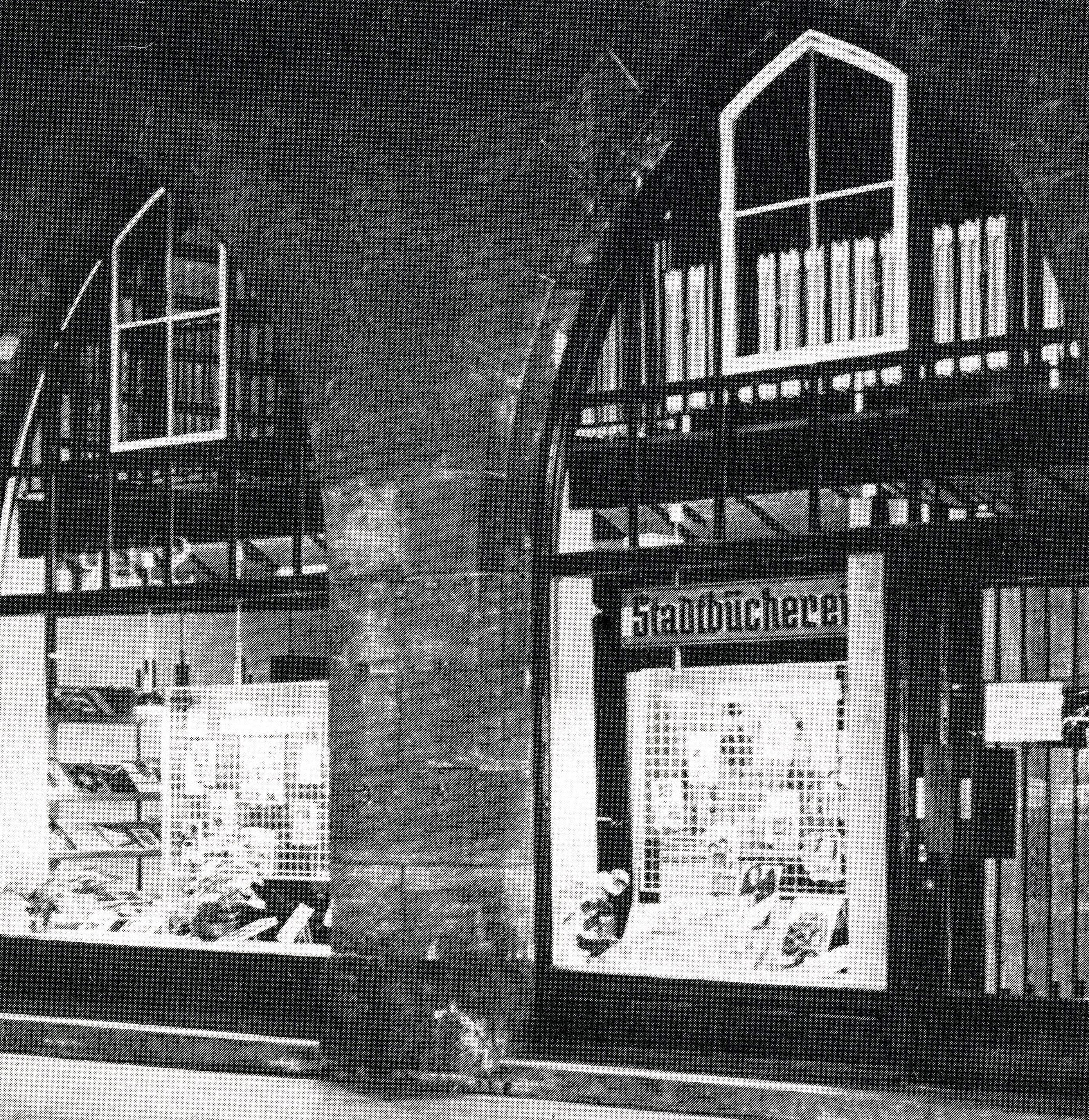"""Die Stadtbücherei im ehemaligen Schokoladenhaus. Das Entstehungsjahr der Aufnahme ist unbekannt, sie wurde der Broschüre """"Raseliushaus Amberg"""" entnommen."""