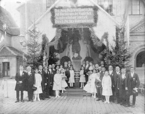 Das erweiterte Festkomitee bei der Nagelung am 24. April 1916 vor dem Neumarkter Rathaus
