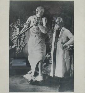 Maler und Bildhauer Johann Koller mit der Torschmied-Figur