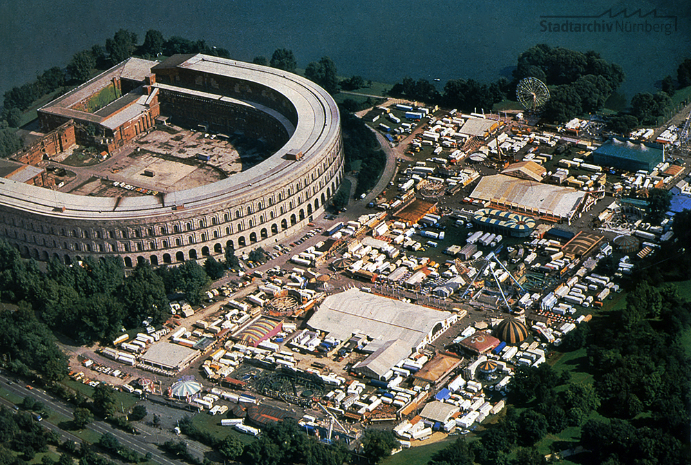 Luftbild der Kongresshalle mit Volksfestplatz von 1985 (Stadtarchiv Nürnberg A 55 IV 43-7-7)