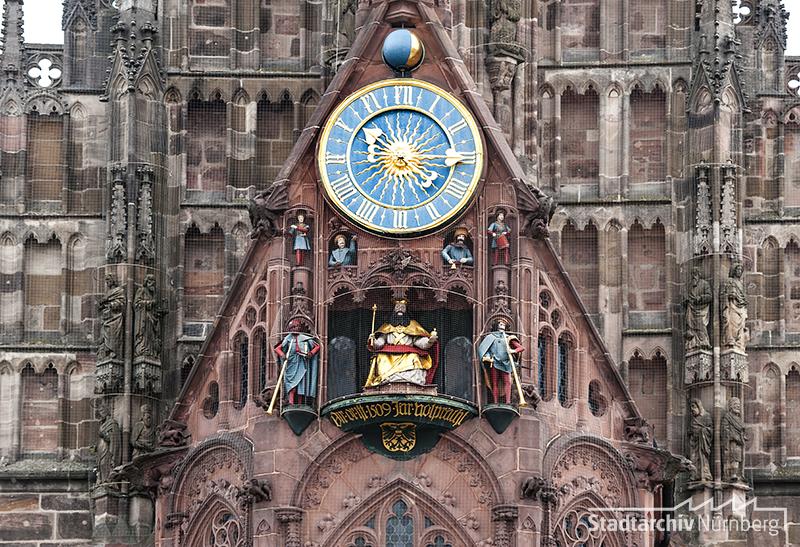 "Westfassade der Frauenkirche am Hauptmarkt, Kunstuhr ""Männleinlaufen"", Fotografie Julia Kraus 2015 (Stadtarchiv Nürnberg A 96 Nr. 3358)"