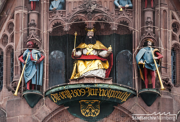 "Westfassade der Frauenkirche am Hauptmarkt, Kunstuhr ""Männleinlaufen"", Fotografie Julia Kraus 2015 (Stadtarchiv Nürnberg A 96 Nr. 3359)"