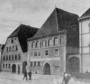 """Neumarkt i.d.OPf., Obere Marktstraße 8: im rechten Gebäude befand sich der Firmensitz des Neumarkter Tagblatts, im Rückgebäude von 1912 bis 1945 das so genannte """"Drei-Mohren-Kino"""". Stadtarchiv Neumarkt 1/333"""