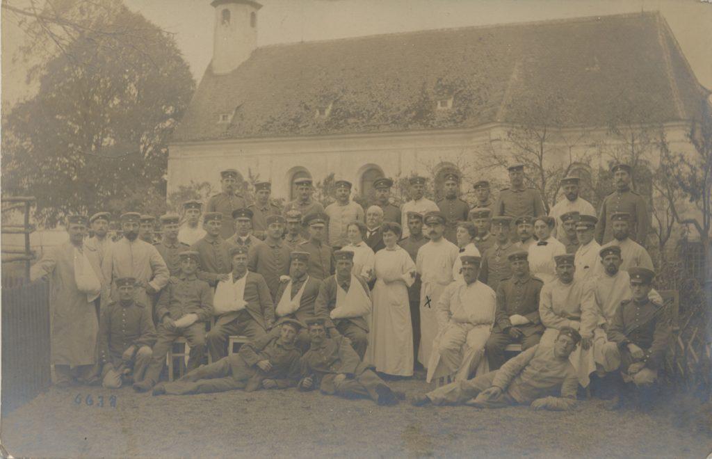 Dr. Georg Brütting mit seiner Abteilung vor der St.-Anna-Kirche 1916 Stadtarchiv Neumarkt, Kartensammlung PK 415