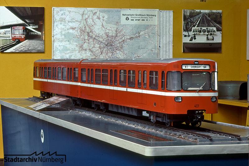 Das Modell zeigt einen der roten Pegnitz-Pfeile. Foto Hochbauamt, um 1973. Quelle: Stadtarchiv Nürnberg A55-V-24-5-9