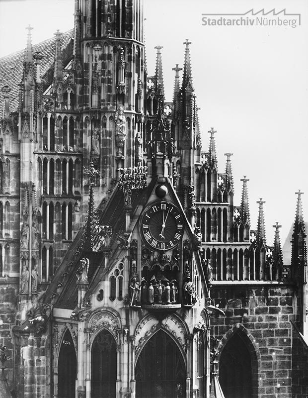 """Kunstuhr """"Männleinlaufen"""" am Westgiebel der Frauenkirche"""