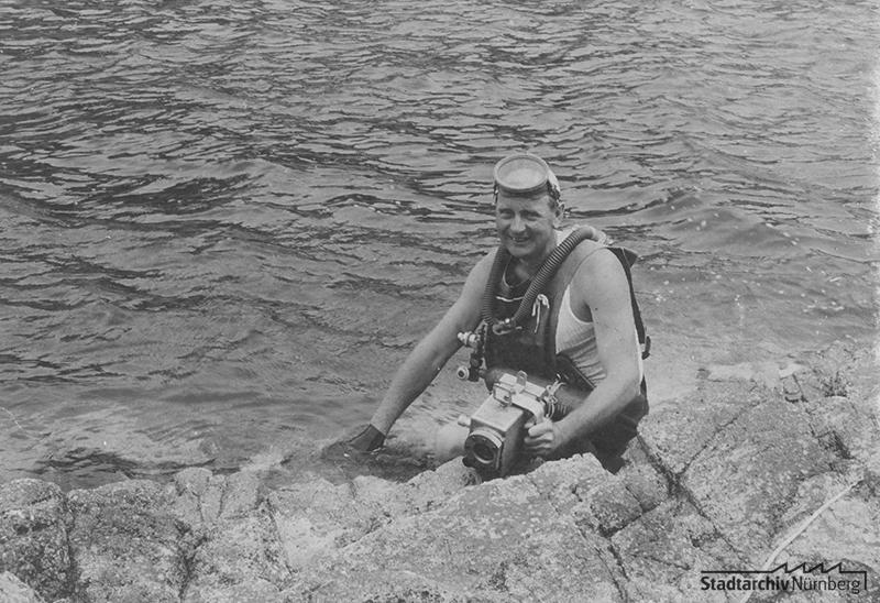 Stefan Röck vor dem Tauchgang mit Dräger-Sauerstoff-Kreislaufgerät und Kamera, vermutl. auf Elba