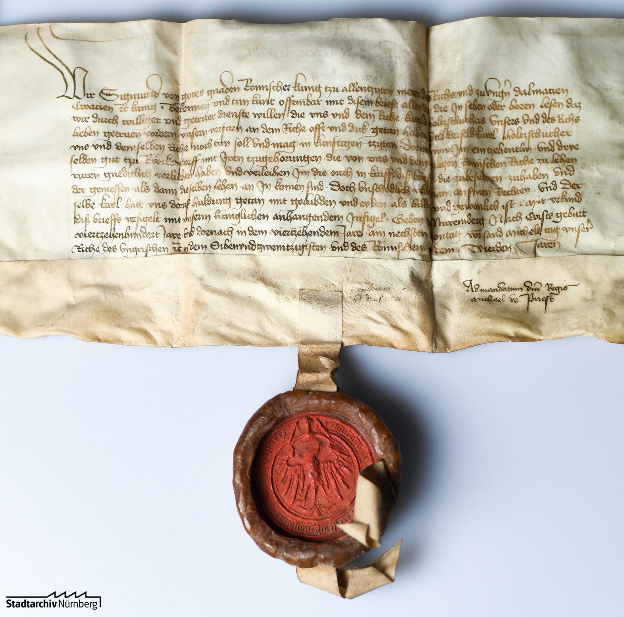 König Sigismund belehnt Karl Holzschuher mit einem Zehnt und drei Söldengütern zu Rückersdorf als Reichslehen
