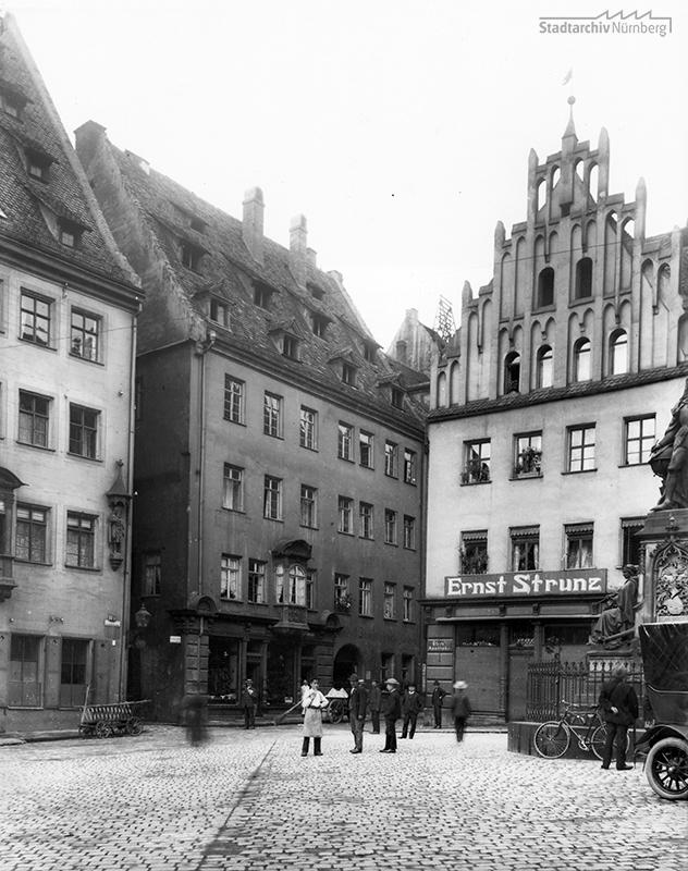 Häuser Theresienplatz 1 und 2 und Haus zu den Kronen, Bindergasse 26/Platnersgasse 13. Fotografie Fritz Traugott Schulz, August 1907 (Stadtarchiv Nürnberg A 48 Nr. Sc-11-18).