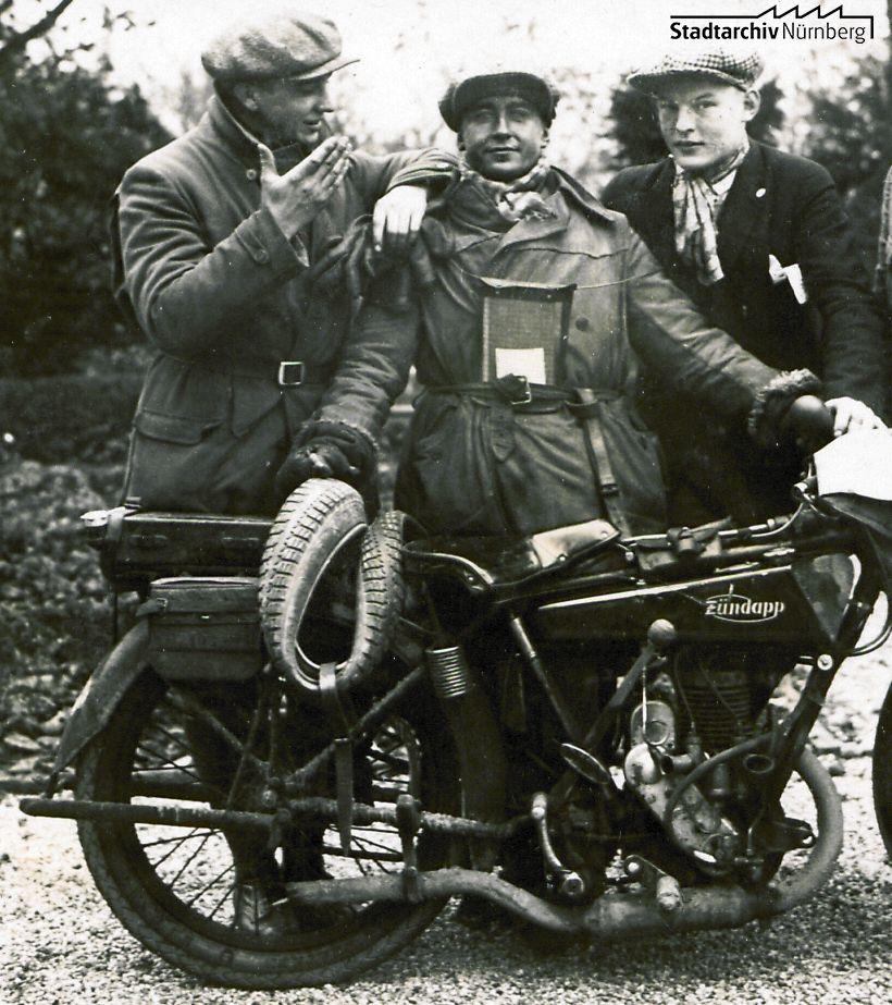 Der stolze Rennfahrer Hans Hieronymus und sein Zündapp-Motorrad mit Nürnberger Zulassung: IIN-2767. (Stadtarchiv Nürnberg A35-119-34)